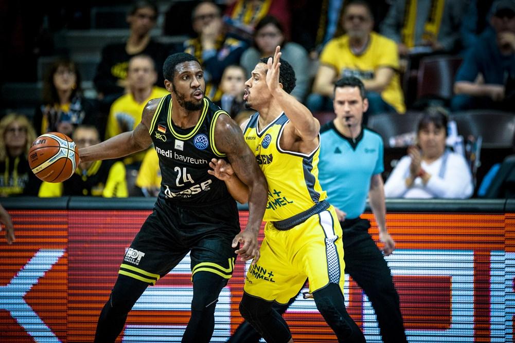 David verteidigt De`Mon Brooks mit fairen Mitteln (Quelle: www.championsleague.basketball)